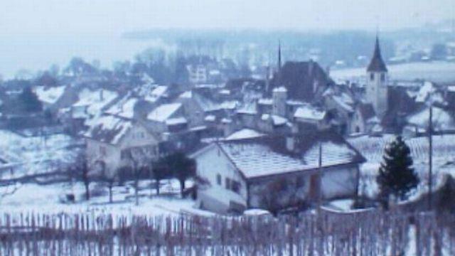 Le village viticole d'Auvernier en hiver au bord du lac de Neuchâtel. [RTS]