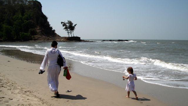 Mère et fille à Kashid Beach. (Joanne et Jaya)