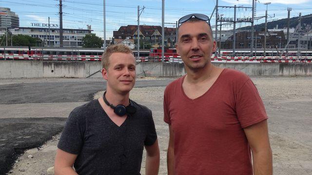 José Bento (à droite), architecte au bureau Cellule à Zurich, avec Rouven Gueissaz. [RTS]