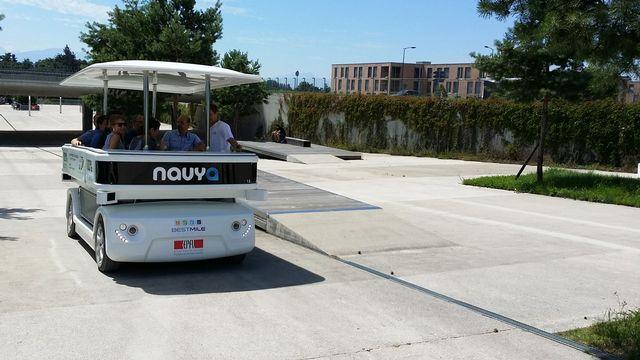 Pendant le mois de juillet 2014, 3 navettes autonomes circulent gratuitement en semaine sur le campus de l'EPFL. [epfl.ch]