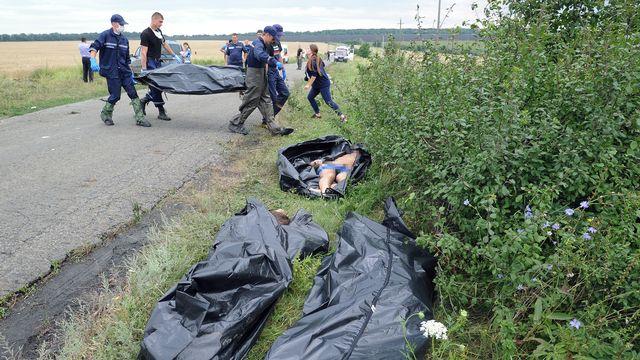 Les victimes du crash de l'avion sont évacués par les secours. [Dominique Faget - AFP]