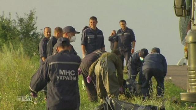 Les secouristes enlèvent les corps des victimes du crash en Ukraine [RTS]