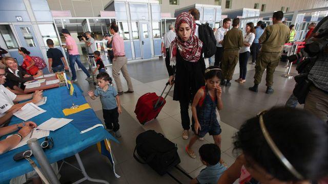 Des milliers de Palestiniens fuient Gaza au point de passage d'Erez. [Keystone]