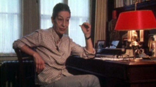 Isabelle Villars évoque 35 ans de pièces policères à la radio.