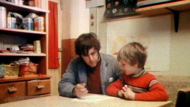Un père et son fils assis à table [RTS]