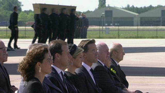 Les premiers corps des victimes du MH17 arrivent aux Pays-Bas [RTS]