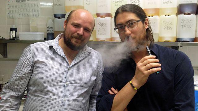 """Jean Lorcy et Jean Moiroud, fabricants français d'e-liquides: """"Jamais nous n'accepterons de nous faire racheter par un grand cigarettier! [Maurine Mercier - RTS]"""