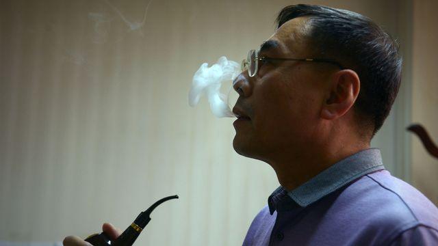 Hon Lik est l'inventeur de l'e-cigarette. Il a vendu pour 75 millions de dollars son brevet à la multinationale Imperial Tobacco, numéro deux européen des cigarettiers. [Wang Zhao - AFP]