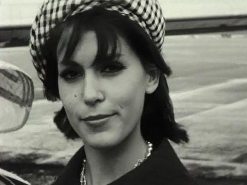 Miss Suisse 1963 reçoit une bouteille de champagne à Cointrin. [RTS]