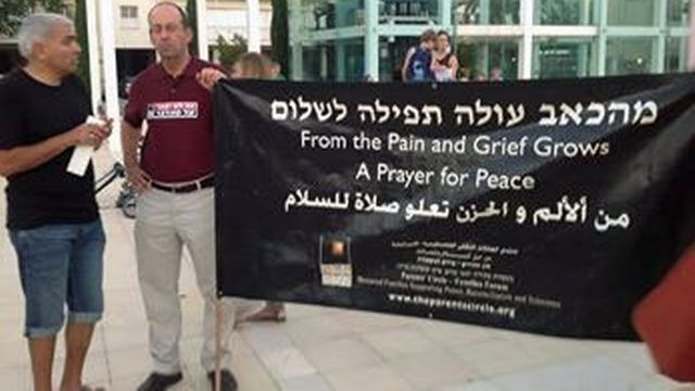 L'association organise tous les soirs un sit-in sur une place de Tel-Aviv. [facebook.com/NorwegianFriendsOfTheParentsCircle]