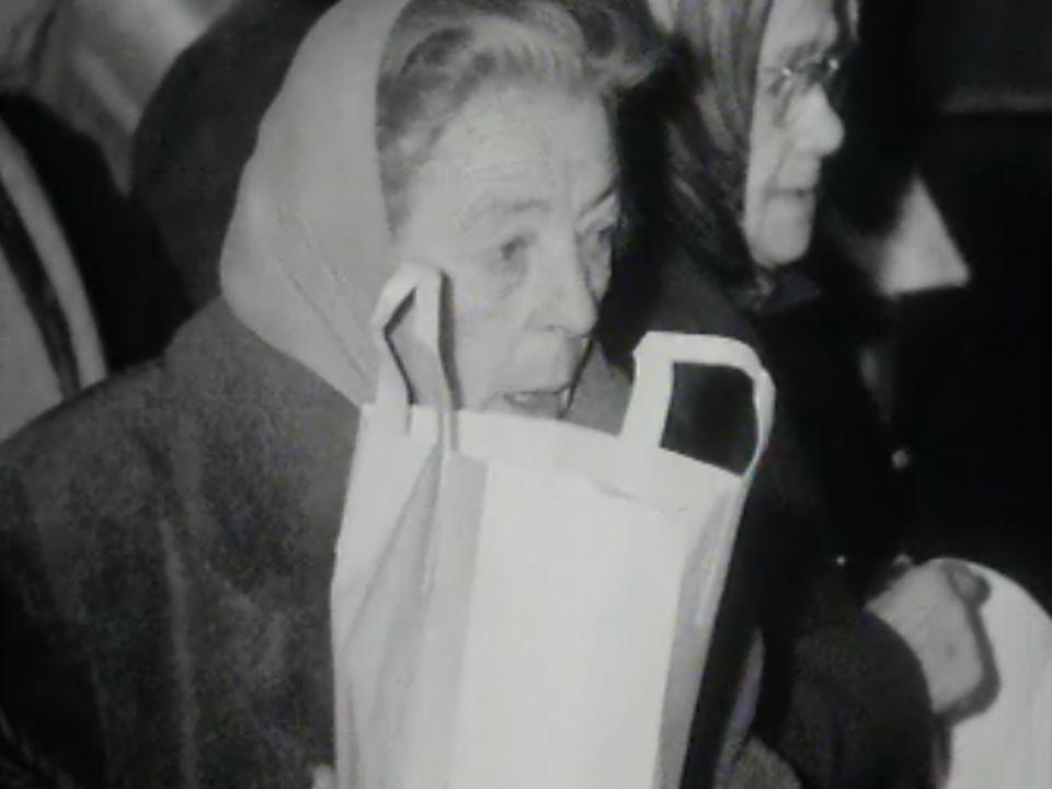 A Genève, distribution de provision pour les déshérités. [RTS]