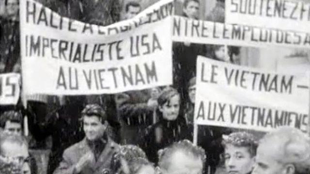 Les étudiants manifestent pour l'arrêt des combats au Viêtnam. [RTS]