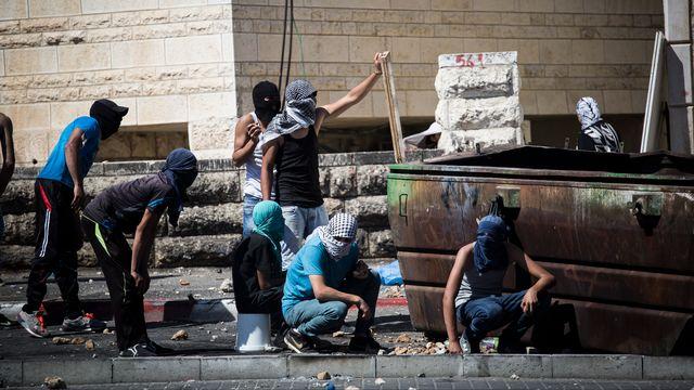 De jeunes Palestiniens s'opposant à la police israélienne dans un quartier palestinien de Jérusalem. [Tali Mayer/NurPhoto]