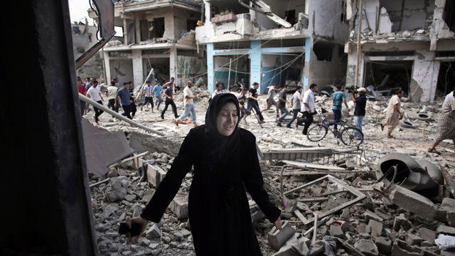 Une Palestinienne découvre sa maison détruite, ce 26 juillet. [Khalil Hamra - AP Photo - Keystone]