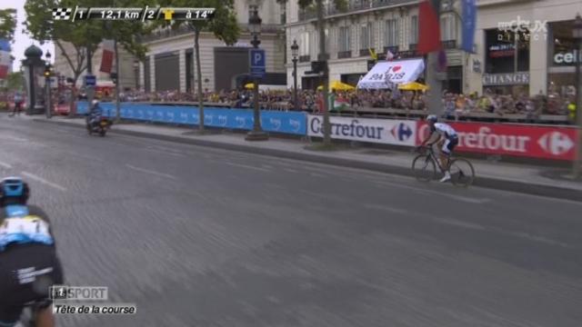 21e et dernière étape: Jen Zhi (Chine), le dernier du classement général, à près de 6 h, se fait doubler sur les Champs-Elysées [RTS]