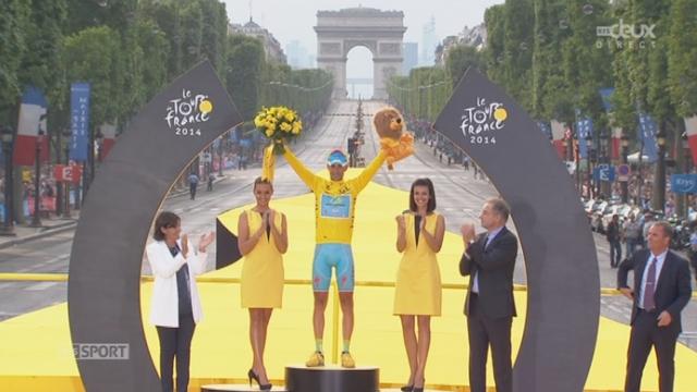21e et dernière étape: remise du dernier maillot jaune à Vincenzo Nibali (ITA-Astana), vainqueur de la 101e édition du Tour de France [RTS]