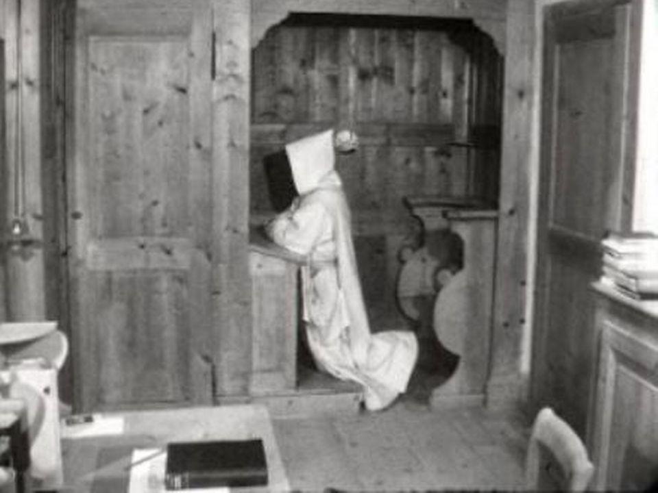 Chartreux de la Valsainte en prière dans sa cellule, 1961. [RTS]