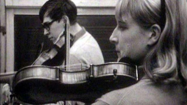 Elle est pianiste, lui violoncelliste. La vie d'un couple de musicien. [RTS]