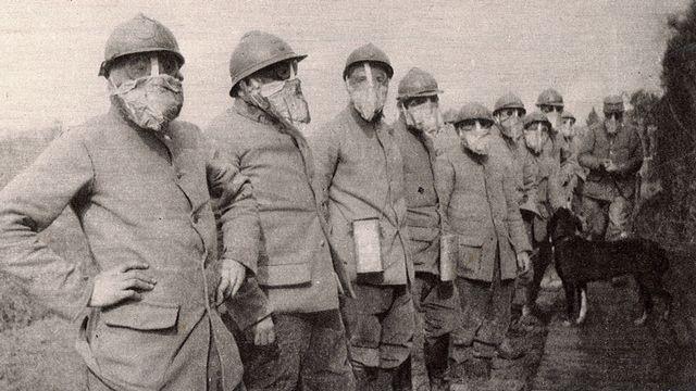 Des soldats français portant des masques à gaz durant la Première Guerre mondiale. [AFP]