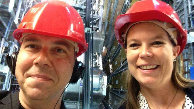 Antoine Droux et la physicienne Alison Lister devant le détecteur de particules ATLAS, cent mètre sous le CERN de Genève. [RTS]