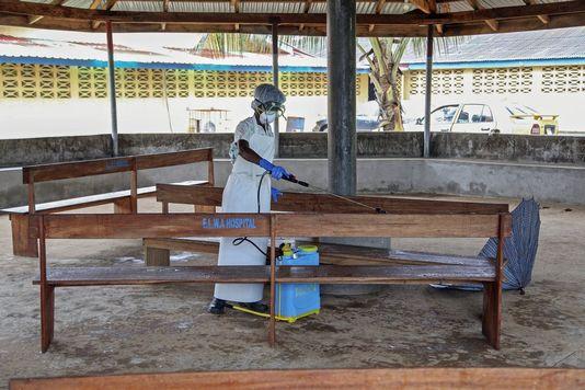 Malgré les mesures de désinfection, comme ici au Liberia, l'épidémie d'Ebola reste hors de contrôle. [Ahmed Jallanzo - Keystone]