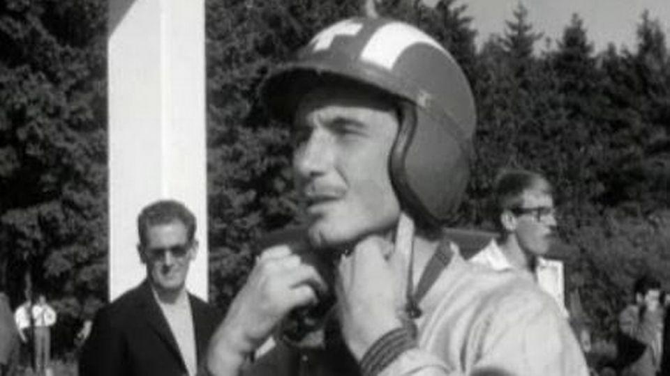 Le coureur automobile Jo Siffert lors d'entraînements, 1964. [RTS]