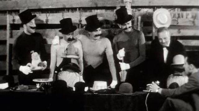 Plus de 50 chapeaux pour la chorégraphie des Frères Jacques. [RTS]