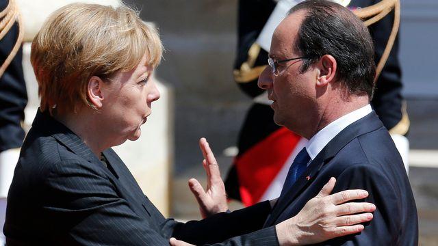 François Hollande et Angela Merkel lors des commémorations du débarquement. [Régis Duvignau - EPA/Keystone]