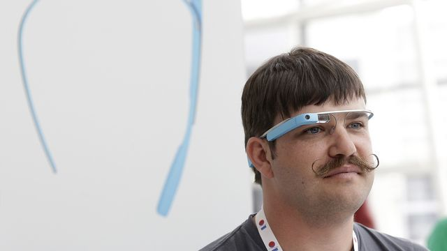L'ingénieur Ian McKellar lors d'un essai des Google Glass en mai 2013. [AP Photo/Jeff Chiu - Keystone]