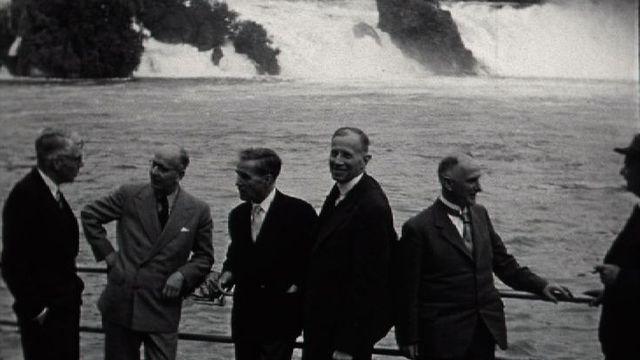 Groupe de pasteurs en visite aux chutes du Rhin en 1956. [RTS]