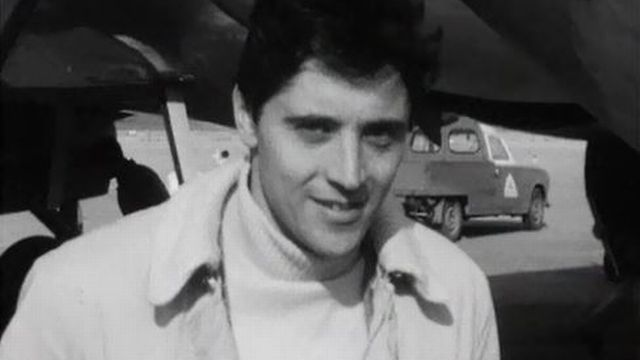 Sacha Distel à sa descente d'avion à Cointrin. [RTS]