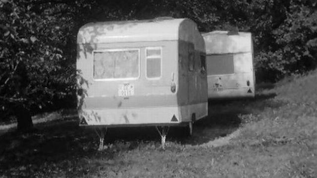 Il faut un nouveau terrain de camping pour les caravanes. [RTS]