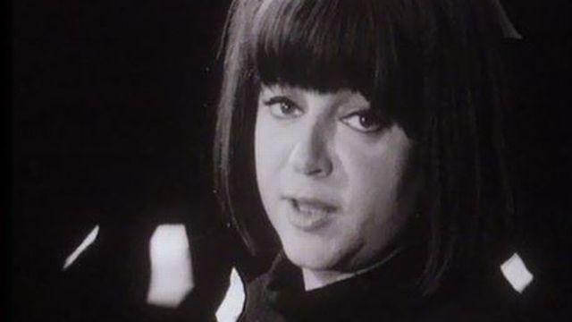 La chanteuse Régine dans les P'tits papiers de Gainsbourg. [RTS]