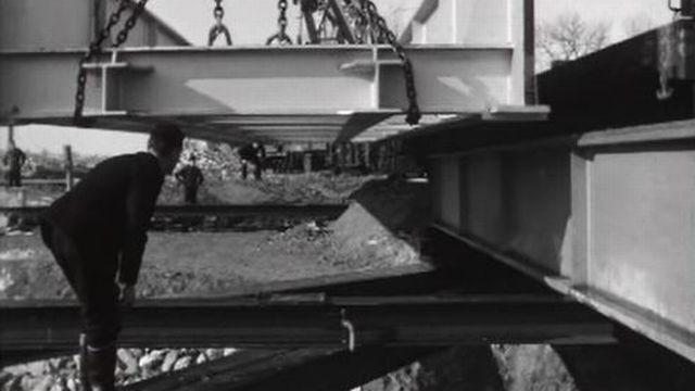 La mise en place délicate d'un pont en éléments préfabriqués. [RTS]