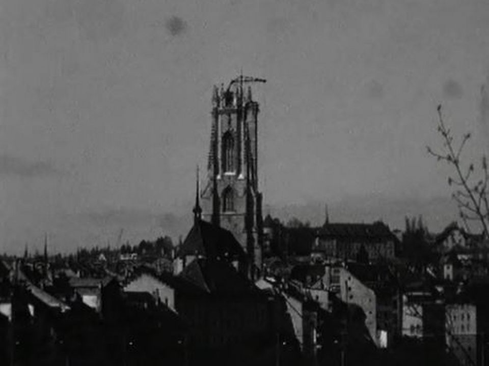 Fribourg, une grue-lift pour monter sur la cathedrale. [RTS]
