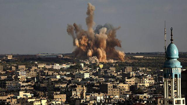 Une bombe israélienne explosant sur un quartier de l'est de la ville de Gaza samedi. [Mohammed Sabar - EPA/Keystone]
