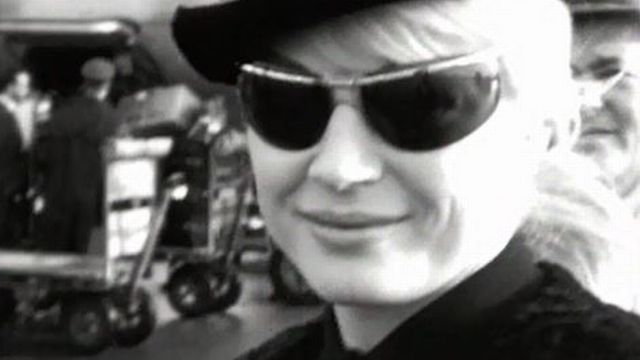 Quelques images furtives de l'actrice Anita Ekberg à son arrivée à Cointrin. [RTS]