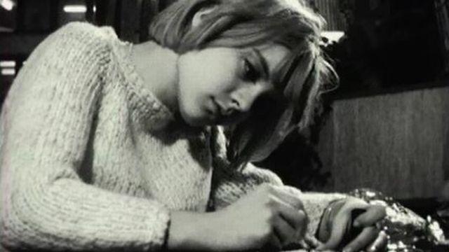 Sylvie Vartan très appliquée à signer des autographes à ses fans. [RTS]