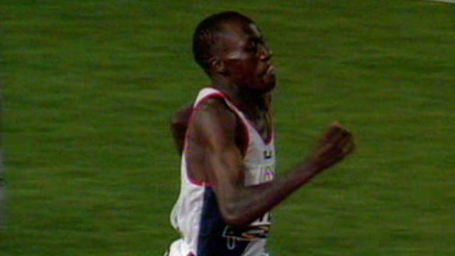 Wilson Kipketer pulvérise le record du 800 m. messieurs.