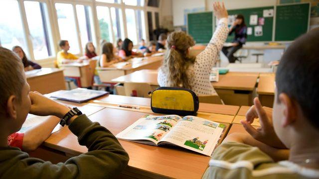 Effectifs stables et introduction de cours d'anglais dès la 8e année sont les axes principaux de la rentrée scolaire 2014 dans le canton de Neuchâtel. [GEORGIOS KEFALAS - Keystone]