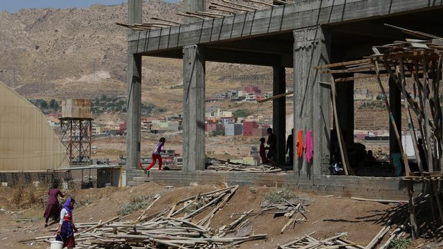 Yazidis du Kurdistan irakiens dans une zone en construction pour les déplacés à Dahuk, à 430 kilomètres au nord-est de Bagdad. [Khalid Mohammed - Keystone]