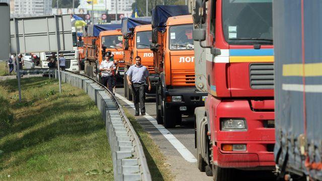 La guerre est aussi celle des convois humanitaires (ici, celui des autorités ukrainiennes quittant Kiev). [Anatolii Boiko - AFP]