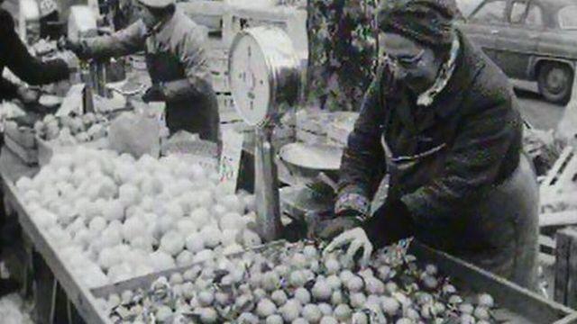 La rumeur court: les oranges du marché sont empoisonnées. [RTS]