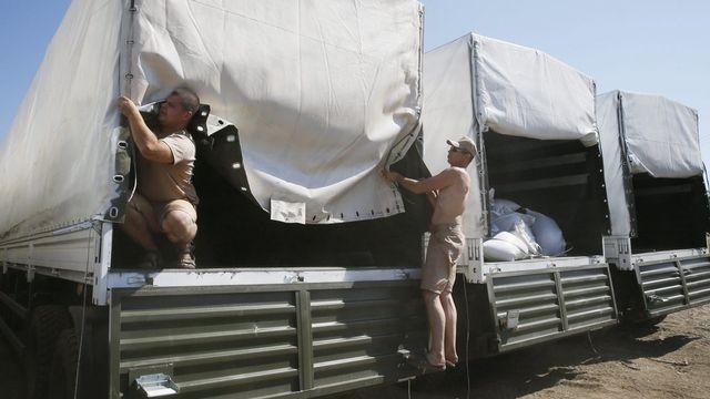 Les gardes-frontières ukrainiens ont commencé à inspecter le convoi humanitaire russe. [EPA/YURI KOCHETKOV - Keystone]