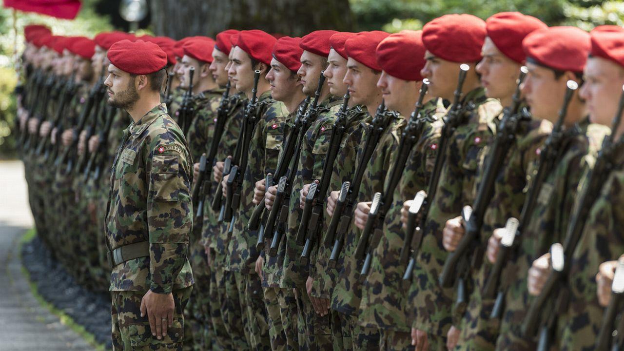 Les effectifs de l'armée suisse demeurent bien fournis, malgré les craintes des parlementaires de droite. [Keystone]