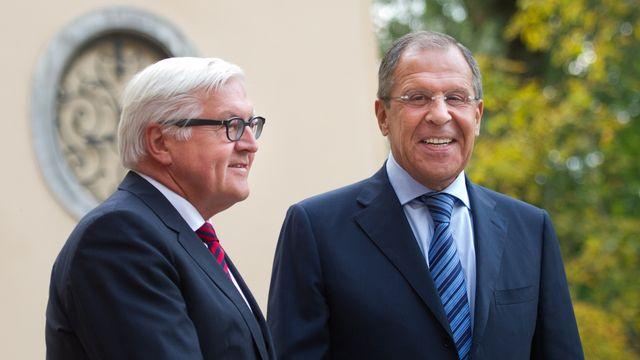 Le ministre des Affaires étrangère allemand Franz-Walter Steinmeier avec son homologue russe Sergueï Lavrov à Berlin. [Keystone]