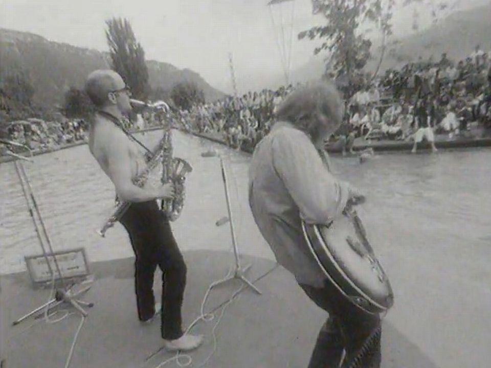 Détente au bord de la piscine du casino de Montreux, 1969. [RTS]
