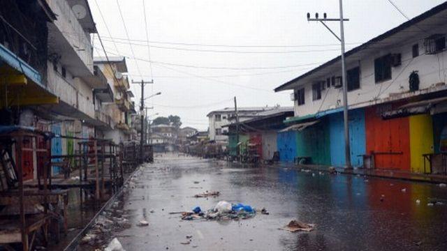 La fermeture des magasins à West Point, dans la banlieue de Monrovia, fait partie des mesures de mise en quarantaine préconisées. [ZOOM DOSSO  - AFP]