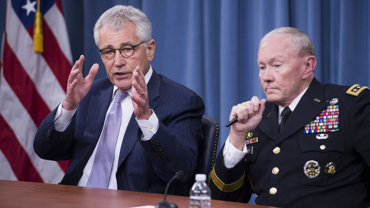 Chuck Hagel, à gauche, accompagné de Martin Dempsey lors de la conférence de presse. [Saul LOEB - AFP]