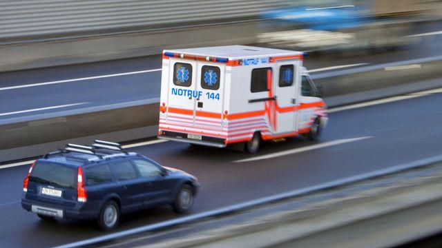 Les ambulanciers doivent eux-aussi respecter les vitesses réglementaires. [Gaëtan Bally - Keystone]